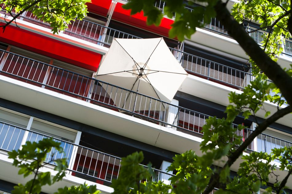 Balkon mit Sonnenschirm -SF